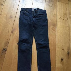Varetype: Jeans Farve: Mørkeblå  Sælges for 100+, med mobilepay og sender med DAO. Ved TS handel betaler køber gebyret