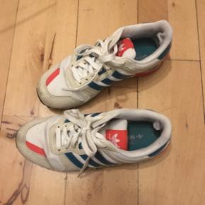 Lækre Adidas sneakers str 38,5 - jeg er selv str 39, og kan godt passe dem. Brugt, men stadig i fin stand. De kostede 850,- fra ny. Byd!   Bytter gerne, hvis der er noget af interesse