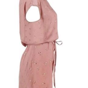 *Prisen er 200 kroner afhentet.  Rosa farvet kjole fra Saint Tropez i str. M, med metallisk kirsebærprint. Kjolen er en knælang løs model med et bindebånd i taljen. Kjolen har rund halsudskæring, kontrastbånd ved skulderen og et lille ærme samt nøglehulslukning med knap i bagpå med en fin hul detalje i ryggen ved knappelukningen. Den flotte rosa farve bliver brudt af guld farvet prikker/blomster. Fra kjolens runde udskæring ud til skulderne er der foran påsyet et bånd i rosa. Normal pasform. Måler 98 cm i længden. 100% viscose.  🌸 SÅDAN HANDLER JEG 🌸  💙 BETALING VIA MOBILE PAY 💙 💚 Varen går til først betalende. 💛 Bytter/refunderer ikke/tager ikke varer retur. 🏠Hentes på Amager, tæt på Bella Center. 📮eller sendes på købers regning med Dao/Gls med mindre andet er aftalt. 📸 jeg sender altid billede af pakken samt forsendelses oplysninger.  VED AFHENTNING: Udlevering af vejnavn når du er på vej. Resten af adr. får du, når du er her. Bliver tit brændt af - på forhånd tak for forståelsen!🏡  Slået op flere steder.   * TS gebyr er inkl. og fratrækkes ved en handel udenom TS.