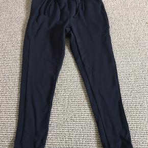 Smarte mørkeblå bukser med snøre og lommer.  Afh i 6710
