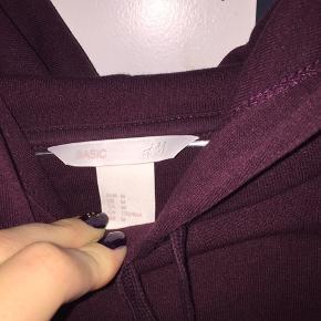 Halløj❤️ Sælger denne hoodie fra H&M.  Np: 200 kr.  Har ikke rigtig brugt den, så derfor er det 120 kr.🐝  Sender ikke, afhentes i Albertslund❤️