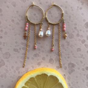 Hjemmelavet øreringe i lyserød, kan laves både i sølv eller i forgyldt og alle ønskede farver.   🍋Hvis du vil se flere af mine smykker, så gå gerne ind og følg min Instagram cph.beads