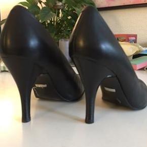 Sort sko ( 10 cm hæl ) kun brugt få gange. Køber betaler porto