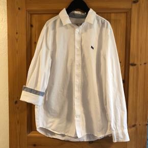 Hvid skjorte med lys blå indvendig i kraven og ved håndled.   Brugt og vasket 1 gang.   Sender gerne med DAO, men du er også velkommen til selv at hente kontaktfri med mobilepay😊