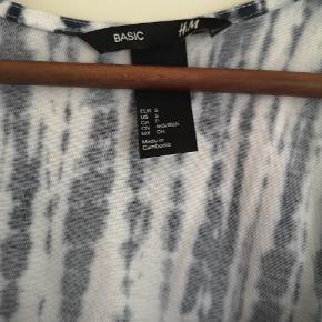Fin lang kjole fra H&M str. S/M. Købt for lille. Jeg er 172 cm og den er fin til mig i længden. Går til anklerne.