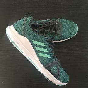 Adidas træningssko eller sneakers med cloudfoam sål - str 39 1/3 (passer 39). Aldrig brugt! 🙄 Flotte grønne nuancer 😃  .. Rydder ud i skabene- og er frisk på en god handel 🙂