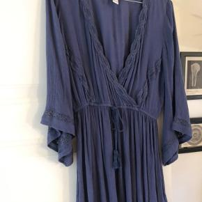Flot kjole købt i USA, lidt kort til mig så derfor jeg sælger den :)