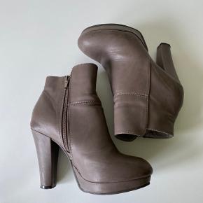 Skoen har mærker, men har kun været brugt 2 gange 🌸   Materiale:ukendt 🌸  🌸brug køb nu, knappen for en hurtig handel 🌸 kig forbi resten af mine annoncer  🌸 mængderabat gives  🌸handler over trendsales handelssystem  🌸 bud er altid velkomne  ❌bytter ikke