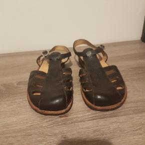 Ergonomisk gode sandaler at gå i. De er str. 37, men jeg svinger selv mellem 37,5-38,5 og de passer min fod rigtig godt.  Byd.  Køber betaler alle fragtomkosterninger, såfremt de skal sendes.