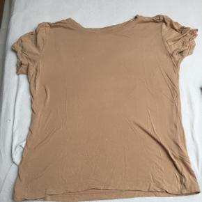 T-shirt i blødt stof. Afhentes i Aarhus