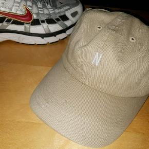 Norse Project - Twill Cap i en beige/khaki farve. Super fed, men fyren her har skiftet stil til hue. Prøvet på, men aldrig brugt✌ NP: 500, dog købt på tilbud til 425