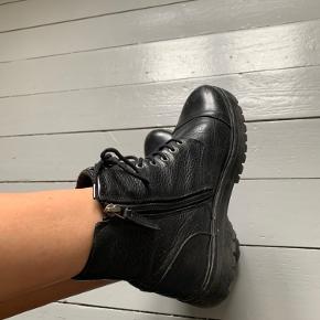 Meget flotte boots fra Royal Republiq. Sort læder. Chunky