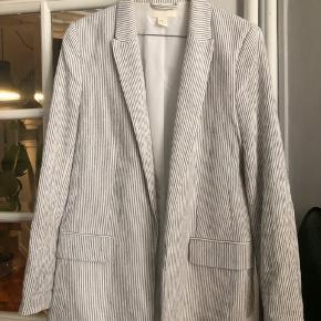 Fineste blazer fra H&M. Kun brugt et par gange  Str 40 Hvid og sort stribet
