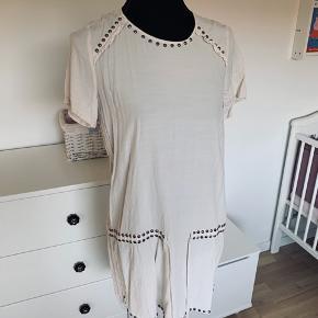 Beige kjole fra hm med perler på krave og nederst kant. Str 38  Pæn stand. Køber betaler Porto.