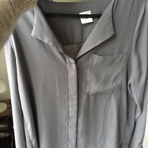 OBS! Sælger den i GRÅ!  - Loose fit - 100% Polyester - Lange ærmer - Knappestolpe - Længere på ryg - Let kvalitet.  Aldrig brugt.  Sælger også i pudderfarvet str 36
