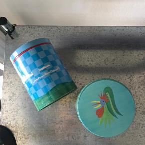 """To af de hyggelige """"Irma""""-dåser 🤓🌷  Naturligvis tegn på brug, det er jo looket😉  Bytter evt. til andre dåser, hvis nu man er en samler.. 🧚🏼♀️🧚🏼♀️🧚🏼♀️  Afhentes på Nørrebro. Kan sendes på købers regning via T-handel."""