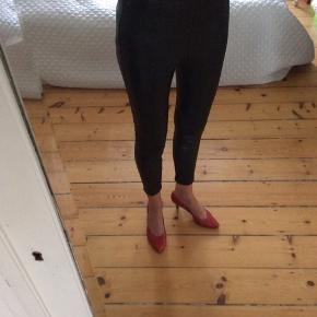 Gina Tricot shiny imiterede læder bukser, polyester Str 36 Livvidde: 72 cm Indvendig benlængde: 73 cm  Sender med DAO. Kan evt afhentes hos mig i København K aften/weekend ved forudbetaling