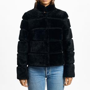 Kort Cecilie jakke i ægte pels af lammeskåret skind fra Meotine. Silkeforing giver et eksklusivt look. Den perfekte pelsjakke til både hverdag og fest.