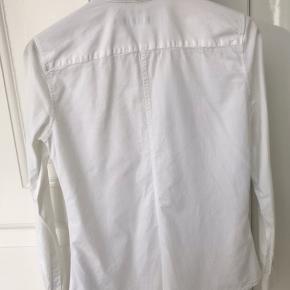Fin skjorte fra Tiger of sweden, modellen hedder Darcell og er lidt smal, meget lækker i kvaliteten. Brugt 2-3 gange