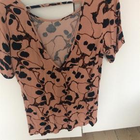 Bluse Farve: Laksefarvet Oprindelig købspris: 400 kr.
