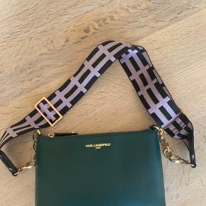 Dyb flaske-grøn taske fra Karl Lagerfeld, aldrig brugt. Den justerbare og aftagelige strop er fra Beck Søndergaard, og i en lys lavendel med guld detaljer.