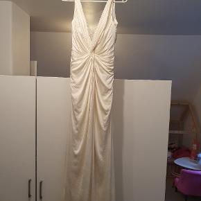 Brudekjole købt hos Nikolaj brudkjoler.  I flot stand.  Passes af str s/m Ren silke. Lys Champagne farvet. Har 2 små pletter på slæbet, næsten utydelige, men skal nævnes. Billeder på kan sendes i privat besked.