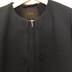 Brand: YAS Varetype: Frakke Farve: Mørk Blå  Super fin årgangs- og sommerfrakke fra yas. Bruge 1-2 gange og fremstår som ny. Har mange fine detaljer.