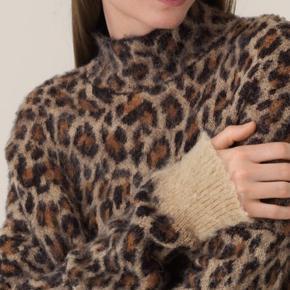 Denne strikbluse med høj krave i jaquardstrikket leopardmønster er fremstillet i en blød uld- og alpakablanding. Strikblusen har en normal pasform, en smule drop shoulder og kontrast-ribkant på ærmerne.   Høj krave Uld- og alpakablanding Drop shoulder Helt ny og med mærke på endnu - str. S