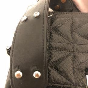 Tasken er en super fin Karl lagerfeld taske, som er meget rummelig og brugbar. Tasken har slid nogle steder derfor pris