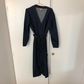 HM Kjole i denim med knapper og bindebånd. Den kan også bruges som en frakke. Str 42 men svarer nok mere til en str 38-40😊