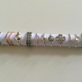 Varetype: Smykker Størrelse: 54 Farve: Sølv/ rose. Oprindelig købspris: 6000 kr. Prisen angivet er inklusiv forsendelse.  Diverse PANDORA ringe i sølv & Rose. Kugleringen er med 14.kt fatning/diamant. Alle ringene er i str. 54. Sælges kun samlet. Ingen henvendelser på enkelte ringe.
