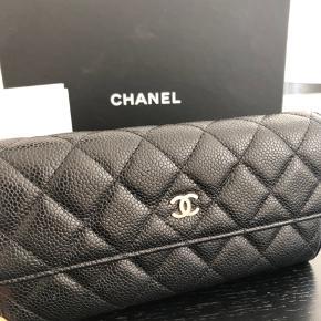 Super flot og klassisk Chanel pung med gold hardware og caviar kvalitet. Sipperpullar er faldet af. (Se billede) ellers super fin stand. Kom med bud☺️
