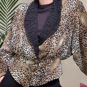 Vintage jakke med leopard print, købt i en vintage butik i LA. Der er ikke størrelse men passer en s/36.    Prisen er fast, bud frabedes