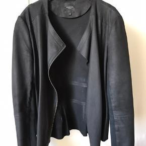 Selected læderjakke i ægte læder, med to lommer foran. Str. 34 (fitter også en 36/S - er selv en 36) Aldrig brugt og er derfor som ny. Nypris 1000 kr. Byd