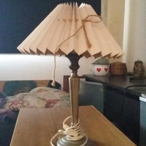 Superfin gammel lampe lavet i Danmark med yndig rosa skærm.
