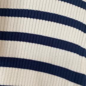 Mørkeblå striber. 80 % bomuld / 20 % nylon