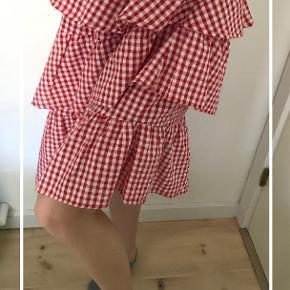 Sælger  denne smukke nederdel fra NA-KD. Jeg har kun haft den på 1 eller 2 gange, og den fremstår derfor som ny. Nederdelen er lidt kortere i den ene side end i den anden. Jeg er ca 160 høj og i den korte side går den ca midt på knæet og i den lange side går den lige under knæet. Kontakt mig gerne🌸🌸✨