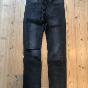 Boyfriend jeans fra Calvin Klein Jeans. Modellen er lavtajlet og har et slids i det ene knæ. Størrelsen er 27/32, jeg 173cm. Sælges billigt, da jeg skal have solgt ud!
