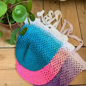 🍋Mors Hæklerier🍋  Fine hæklede net, miljøvenlige og kan bruges igen og igen. Den kan strække sig en del, så der er plads til en masse! Super holdbare, jeg har selv 1 som jeg har brugt i et år nu og stadig er som nyt. De er i bomuld og kan også vaskes   🌱 Pris pr stk