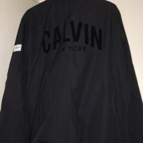 Købt i Paris i Calvin Klein. Ny pris - 1650 Lidt brugt, ingen brugsspor.  Lækker tynd jakke