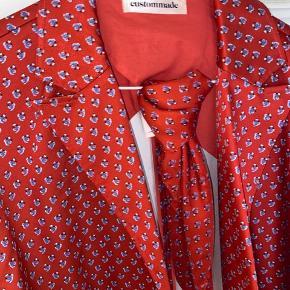 """Smukkeste kimono """"jakke"""" med 3/4 ærmer fra custommade ❤️  Aldrig brugt og med tilhørende silketørklæde.   Model Halla   Nypris 2000kr"""