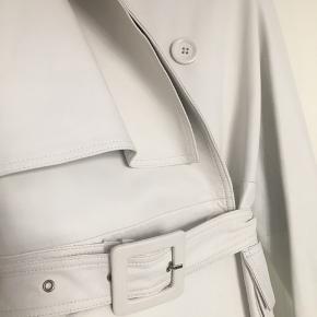Super flot hvid læder trenchcoat fra REMAIN Birger Christensen, helt ny og næsten lige kommet i butikkerne.   Helt ny, aldrig brugt.