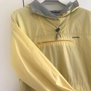 Lys gul anorak i flot stand