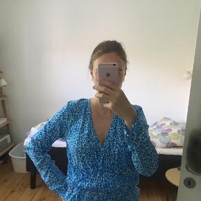 Super fin top/ bluse med wrap look.  Helt ny og med prismærke. 😍