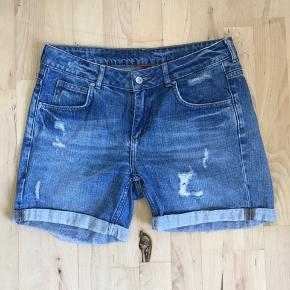 Rigtig fine shorts med sliddetaljer og en fin længde (hverken for korte eller for lange). Sælger da jeg desværre ikke kan passe dem længere. Fejler ingenting.
