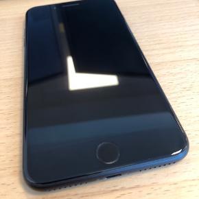 IPhone 7 plus 128 GB. Rigtig flot stand som ikke bærer præg af slid. Der medfølger originalt Apple læder cover, emballage og tilbehør