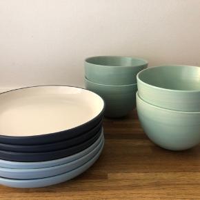 Sælger disse 6 stk frokost-tallerkener og 4 stk dybe skåle alt fra Søstrene Grene.  Tallerkenerne er Ø19 - tre lyseblå og tre mørkeblå alle hvide i bunden.  Skålene måler Ø13 og højde 9cm. Farven er støvet grøn.