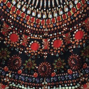 H&M Trend T-shirt med print af sten i fatninger. Enkelte rækker er rigtige sten i fatning. 100% bomuld  Str 34, men stor Mål: Skulder til skulder: 45 cm Armhule til armhule: 48 cm