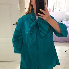Regnfrakke med bindesløjfe fra Malene Birger.