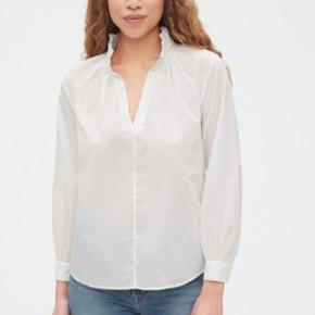 Sælger denne fine gap skjorte. Den er brugt 1 gang så den er i fin stand og fremstår som ny 🧡